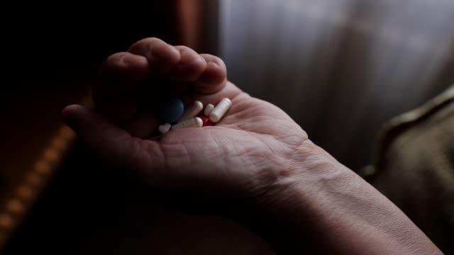 eski kadın parmak hapları elinde, tablet el. - vitamin d stok videoları ve detay görüntü çekimi