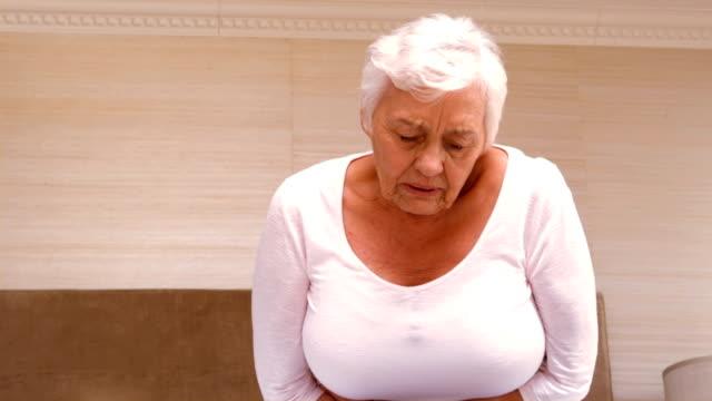 Alte Frau mit einer riesigen Magenschmerzen – Video