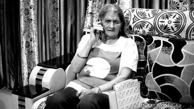 Mulheres idosas que falam no telefone móvel - vídeo