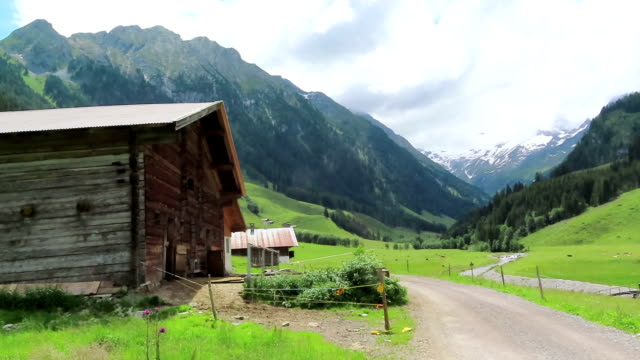old wooden barn on schoenachtal valley in tirol austria. hiking trail through the valley - capanna video stock e b–roll