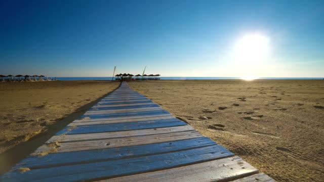 gammal träbro eller gångväg och tropisk strand, pov promenad vid soluppgången, solnedgång - solar panel bildbanksvideor och videomaterial från bakom kulisserna