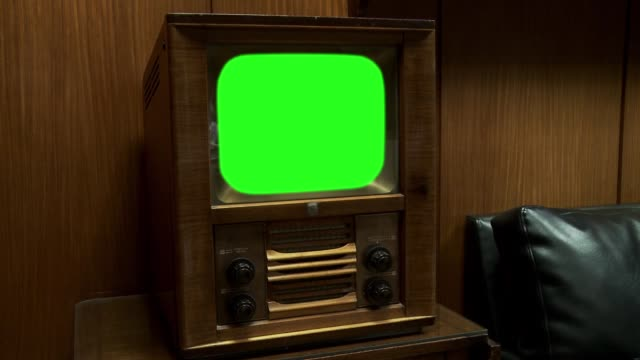 old wooden tv with green screen. zoom in. - antico vecchio stile video stock e b–roll