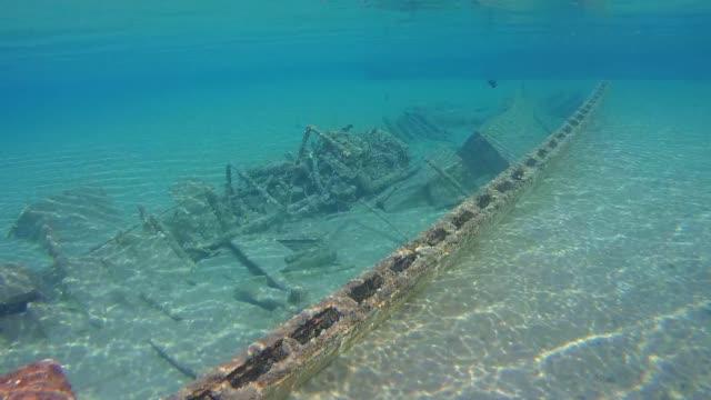 old wrecked wooden fishing boat on the sandy bottom, red sea, marsa alam, egypt - кораблекрушение стоковые видео и кадры b-roll