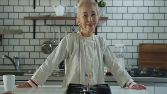 カメラに回って微笑む年配の日本人女性 - スタイリッシュ点の映像素材/bロール