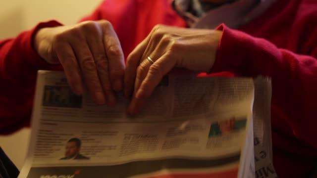 ältere mann bindung zeitung in halben aufbewahrung artikel zum späteren lesen - antique shop stock-videos und b-roll-filmmaterial