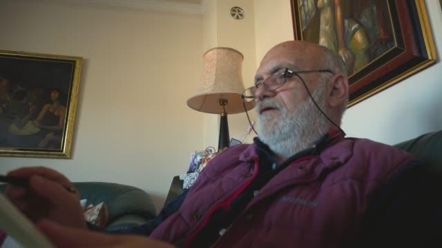 vidéos et rushes de homme plus âgé dessin scetch - un seul homme d'âge mûr