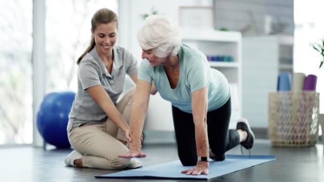 나이가 많은 사람들은 운동에서 가장 많은 혜택을 얻습니다. - physical therapy 스톡 비디오 및 b-롤 화면