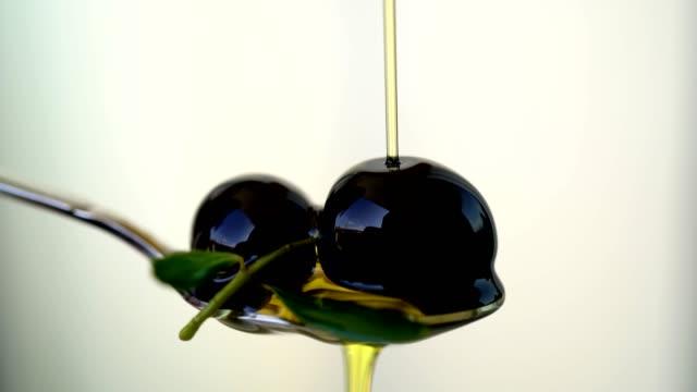 vídeos y material grabado en eventos de stock de aceite de oliva en una cuchara - glaseado para postres