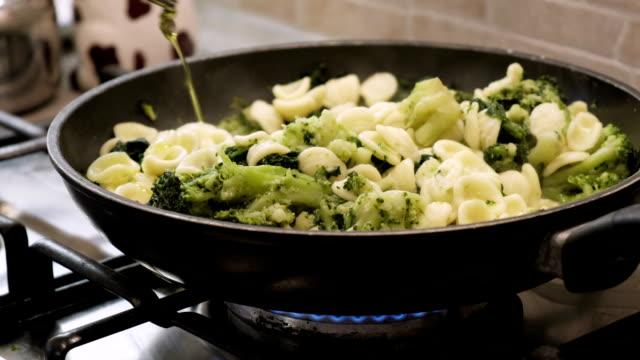 vidéos et rushes de brocoli de rapini huile d'olive pâtes orecchiette - cuisine non professionnelle