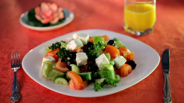 stockvideo's en b-roll-footage met olijfolie gieten over gemengde salade op de witte plaat - dikke pizza close up