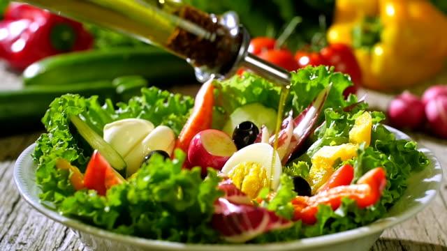 オリーブオイルを注ぐミックスサラダ。 - サラダ点の映像素材/bロール