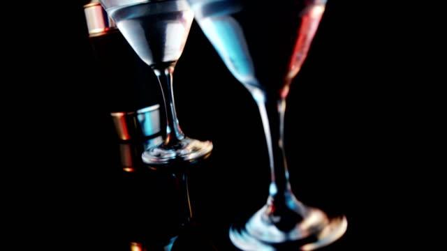 stockvideo's en b-roll-footage met olijven wegvalt in twee cocktail glazen - martiniglas
