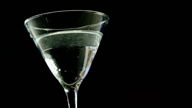 stockvideo's en b-roll-footage met olijven vallen in het cocktailglas - martiniglas