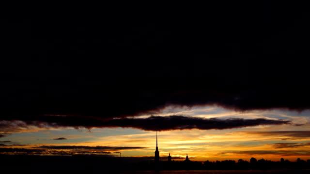 сolourful solnedgång över peter och paul fortress, mörka moln snabbt glida längst upp - peter and paul cathedral bildbanksvideor och videomaterial från bakom kulisserna