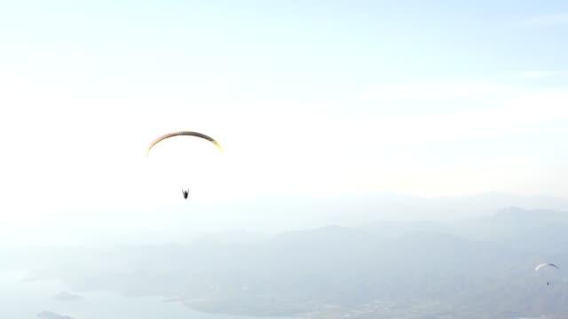oludeniz babadag paragliders - парапланеризм стоковые видео и кадры b-roll