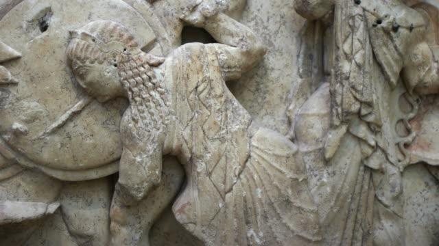 stockvideo's en b-roll-footage met olympisch godin van de wijsheid athena in oude griekse opluchting vertegenwoordiging - geschiedenis