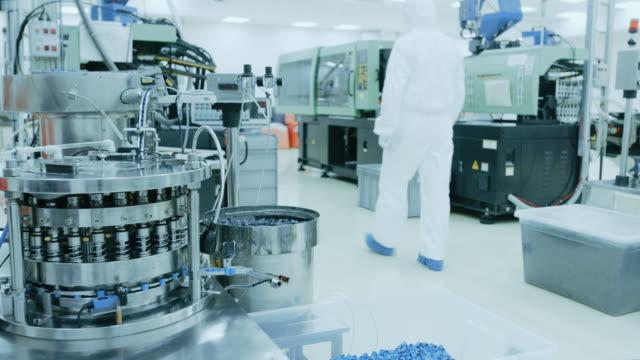近代産業 3 d 印刷機械の無菌防護服作業の工場員。製薬、バイオ テクノロジーと半導体を作成する/製造プロセスからのショットの中。 - 半導体点の映像素材/bロール