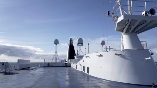 大西洋のクルーズ船のトップデッキで。 - デッキ点の映像素材/bロール