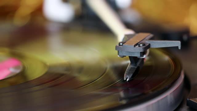lp su giradischi - disco audio analogico video stock e b–roll