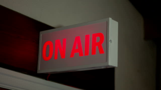 on air-segnale di lingua inglese illuminazione in studio tv, radio station - radio video stock e b–roll