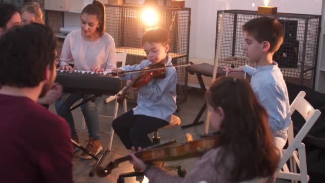 vídeos de stock, filmes e b-roll de na aula da escola de música - música acústica