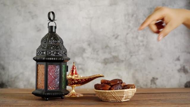 på bordsskiva bild av dekorationer ramadan kareem semester bakgrund. närbild arabiska lykta metall datum och mjölk på brunt trä. halal måltid som för fasta är obligatoriskt för muslimska. - ramadan lykta bildbanksvideor och videomaterial från bakom kulisserna