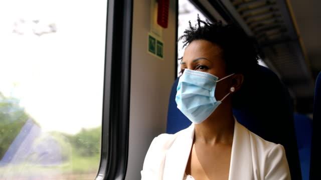 stockvideo's en b-roll-footage met onderweg met griepmasker - zakenreis