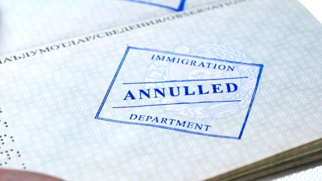 vídeos y material grabado en eventos de stock de en el pasaporte los hombres pusieron un sello cancelado - pasaporte y visa