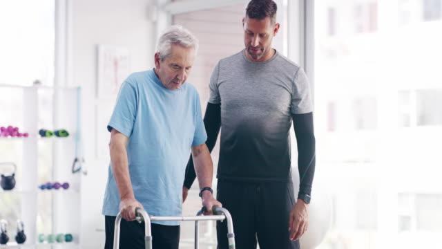 vídeos y material grabado en eventos de stock de en el camino hacia el fitness - geriatría