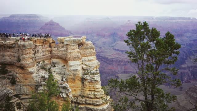 på den södra kanten av grand canyon - på gränsen bildbanksvideor och videomaterial från bakom kulisserna