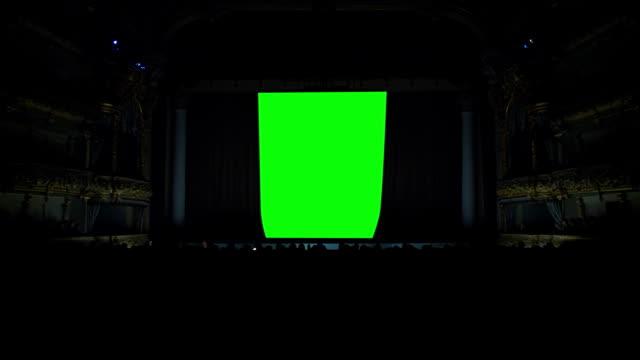 vidéos et rushes de sur la scène du théâtre, le rideau s'ouvre sur un fond vert - rideaux