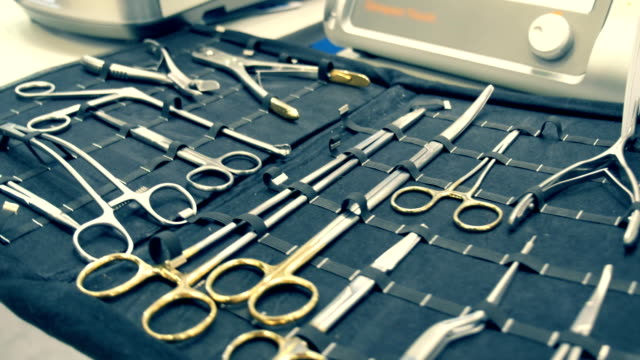 sul tavolo è un kit di strumenti chirurgico - icona posate video stock e b–roll