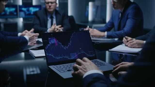 テーブルのラップトップ上の統計を示す: 政治家、企業のビジネス リーダー、しようとして合意に来て、会議室で交渉のテーブルに座っている弁護士のチーム。 - テーブル点の映像素材/bロール