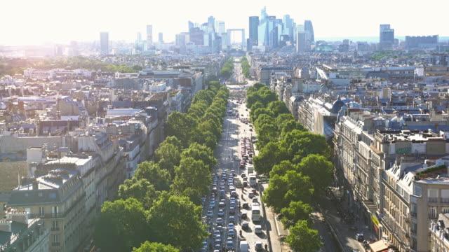 vidéos et rushes de au sommet de l'arc de triomphe, avenue passante direction la defense en regardant vers le bas - paris