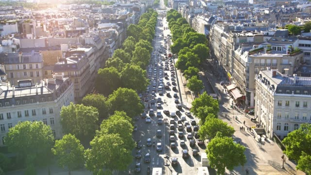 on top of arc de triomphe, looking down at busy avenue - ingorgo stradale video stock e b–roll