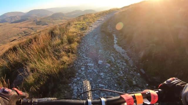 onboard kamera: mountainbikeåkning nedförsbacke i stenväg in kritisera berg, storbritannien. utsikt från första person perspektiv pov. 50 fps - vintersport bildbanksvideor och videomaterial från bakom kulisserna