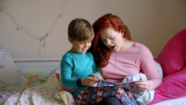 det var en gång... - cosy pillows mother child bildbanksvideor och videomaterial från bakom kulisserna