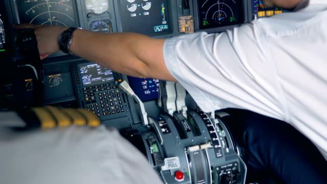 en airman pekar på något på en skärm i en cockpit - pilot bildbanksvideor och videomaterial från bakom kulisserna
