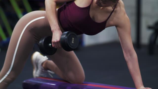 ジムで運動する1人の美しいアジアの女の子 - ボディビル点の映像素材/bロール
