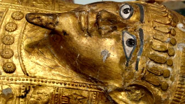 one big golden statue of the egyptian pharoah - egyptisk kultur bildbanksvideor och videomaterial från bakom kulisserna