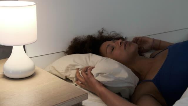eine schwarze frau leiden schlaflosigkeit - depression stock-videos und b-roll-filmmaterial