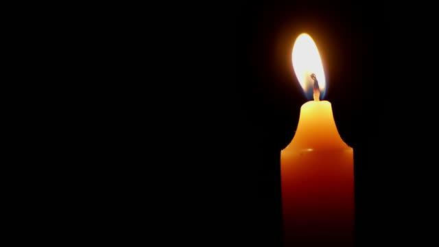 vídeos y material grabado en eventos de stock de una vela arde con una llama brillante. - advent