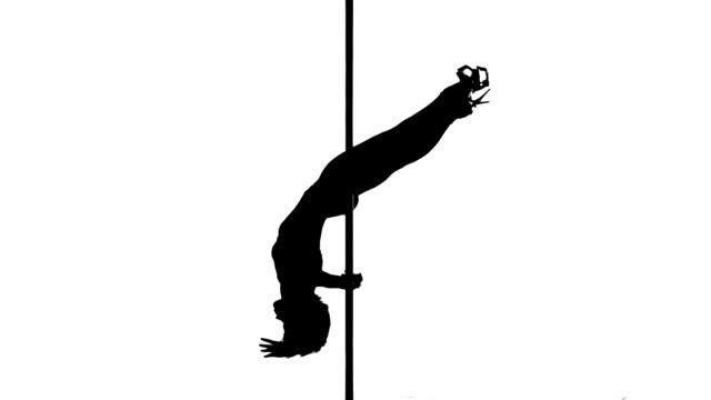 una donna caucasica ballerina di pole dance danza in studio isolato linea - asta oggetto creato dall'uomo video stock e b–roll