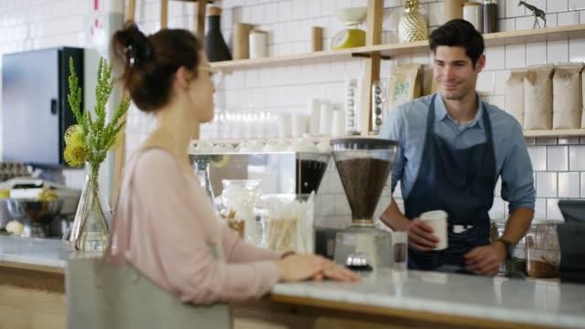 einen frisch gebrühten tasse tee kommt sofort - barista stock-videos und b-roll-filmmaterial