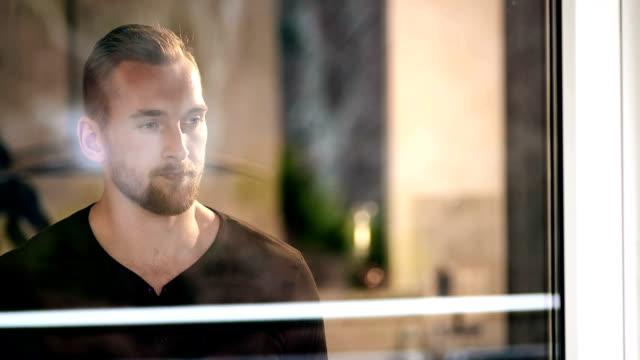 en man som håller en kaffekopp tittar på utsikten - endast en man bildbanksvideor och videomaterial från bakom kulisserna