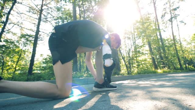 一個人把鞋子和假肢綁在一起, 開始慢跑。有機器人手臂的人。 - 人造的 個影片檔及 b 捲影像