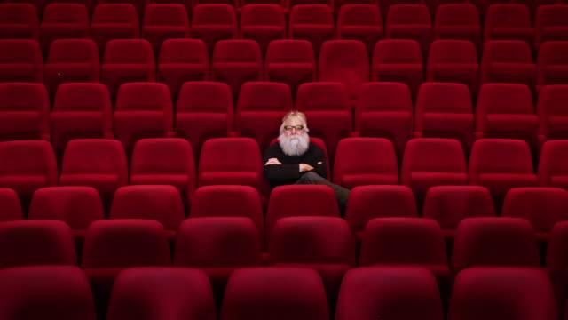 空の映画館や劇場を残して持つで白ひげと一人の男が座っています。 - オペラ点の映像素材/bロール
