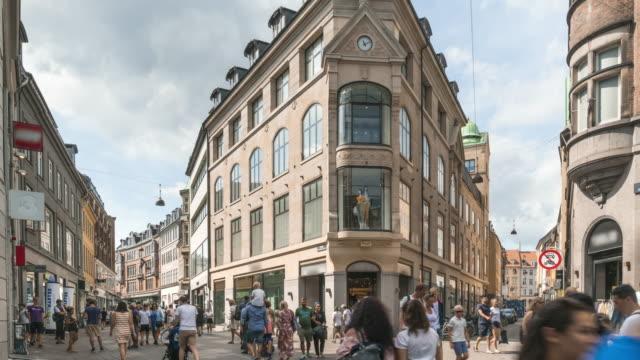 tl: en av marknadsgatorna på ett centralt torg i köpenhamn, danmark - dansk kultur bildbanksvideor och videomaterial från bakom kulisserna