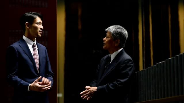一対一のビジネスミーティング - ビジネスマン 日本人点の映像素材/bロール