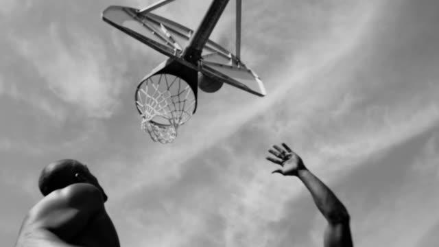 1 つ 1 つのストリート バスケット ボールの - 都市 モノクロ点の映像素材/bロール